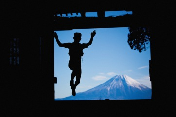 High point of the race: Jumping through the Keishin-in Temple gate at the highest elevation on the course. Keishin-in Temple is directly west of Mt. Fuji. On the equinox in spring and fall, the sun rises directly over Mt. Fuji, and these have become favorite times for pilgrims to climb Mt. Shichimen to worship there.
